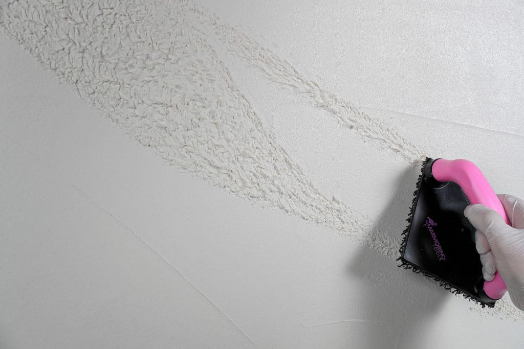 Effet pierre naturelle réalisé en peinture décorative avec la brosse Marmorino Tools 81312