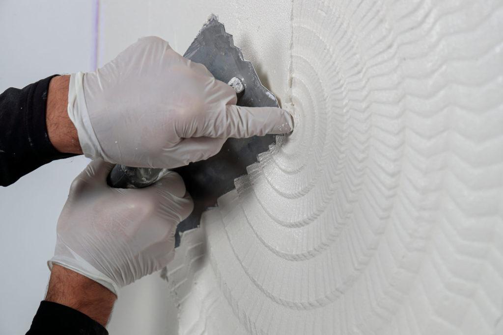 Rosace réalisée avec le platoir 81311 de Marmorino Tools pour servir de fond à la peinture décorative